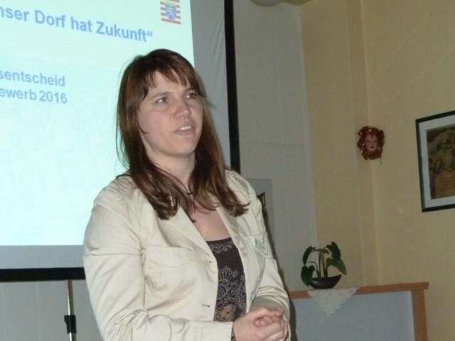 Claudia Kühn vom Amt für den ländlichen Raum in Hadamar erläutert die Ziele einer erfolgreichen dörflichen Entwicklung.