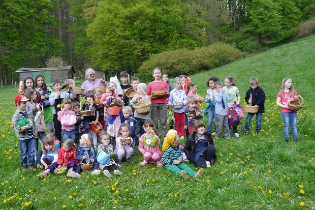 Ostern 2014 in Drommershausen. Manfred Leuning von der örtlichen SPD spielt den Osterhasen und bei Sonnenschein und schönem Wetter haben viele Kinder am Eiersuchen teilgenommen.